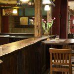 Bar mit Bartisch und Stühlen