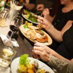 Gemütliches, gemeinsames Essen am Tisch